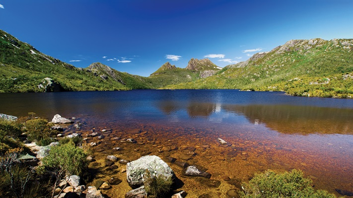 Looking out from the shore of Cradle Mountain up at the surrounding mountain ranges