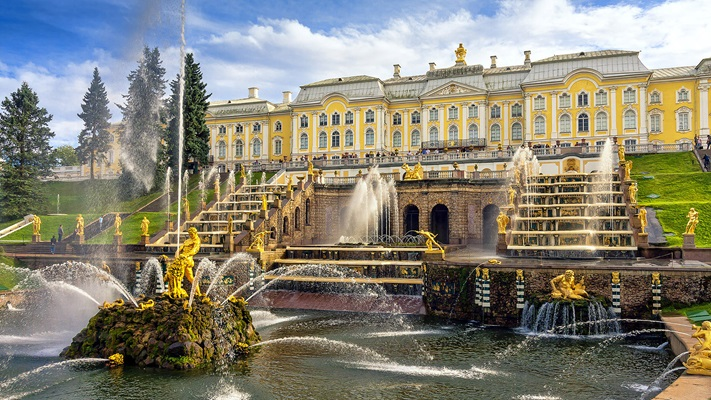 Large yellow palace with fountain, Russia